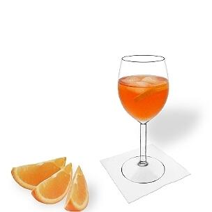 Aperol Spritz servido en una copa de vino, es la manera más común de presentar esta bebida con champán.