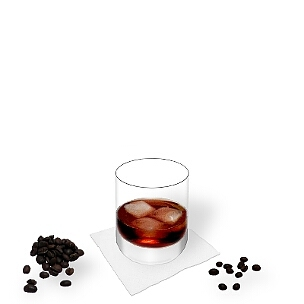 Ruso Negro servido en un vaso de whisky, es la manera más común de presentar esta bebida rica para el invierno.