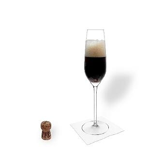Black Velvet servido en una copa de champán, es la manera más común de presentar este cóctel para aperitivos.