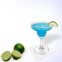 Blue margarita en una copa de margarita con un pedazo de lima y una pizca de azúcar o sal.