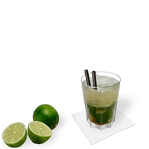 Caipirinha servido en un vaso Tumbler tipo Gibraltar, es la manera más común de presentar esta bebida sabrosa para el verano.