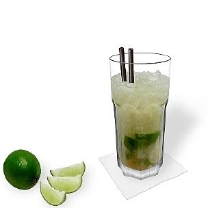 Caipiroska servido en un vaso Gibraltar, es la manera más común de presentar esta bebida sabrosa para el verano.