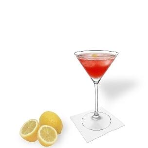 Cosmopolitan servido en una copa de Martini, es la manera más común de presentar esta bebida sabrosa.