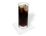 Preparación de Cuba Libre: Llenar lo con Coca-Cola y servir