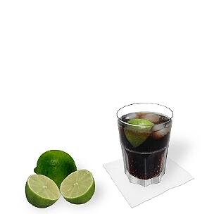 Cuba Libre servido en un Tumbler, es la manera más común de presentar esta bebida sabrosa en Cuba.