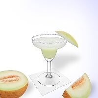 Frozen melon margarita en una copa de margarita decorado con un pedazo de melón y con una pizca de azúcar o sal.