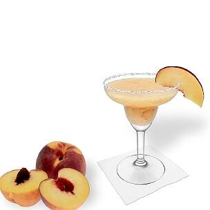 Margarita de Melocotón en una copa de margarita con pedazo de melocotón y pizca de azúcar o sal, es la manera más común de presentar esta bebida afrutada.