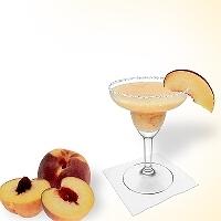 Frozen Peach margarita en una copa de margarita decorado con un pedazo de melocotón y con una pizca de azúcar o sal.