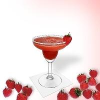 Frozen Strawberry Margarita en una copa de margarita decorado con una fresa y con una pizca de azúcar o sal.