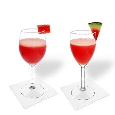 Frozen Watermelon Margarita en una copa de vino tinto y blanco