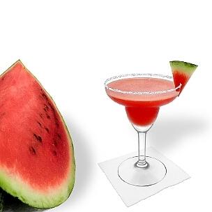 Frozen Watermelon Margarita servido en una copa de Margarita con triángulo de sandía y pizca de azúcar o sal, es la manera más común de presentar esta bebida con tequila.