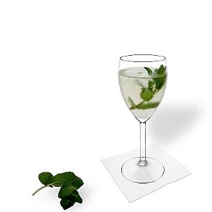 Hugo servido en una copa de vino blanco, es la manera más común de presentar esta bebida con champán.