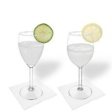 Margarita en una copa de vino tinto y blanco