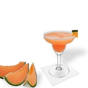 Melon Margarita servido en una copa de margarita con pedazo de melón y pizca de azúcar o sal, es la manera más común de presentar esta bebida con tequila.