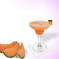 Melon Margarita en una copa de margarita con decoración de melón y una pizca de azúcar o sal.