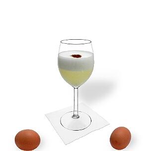 Pisco Sour servido en una copa de vino, es la manera más común de presentar esta bebida de Sudamérica.