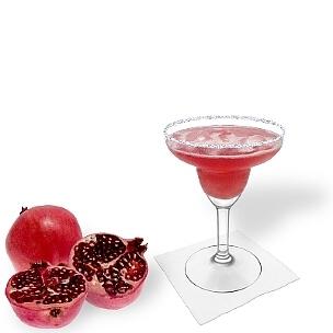 Pomegranate Margarita servido en una copa de Margarita con pizca de azúcar o sal, es la manera más común de presentar esta bebida con tequila sabrosa y bonita.