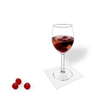Ponche de Cereza servido en una copa de vino, es la manera más común de presentar esta bebida para fiestas.