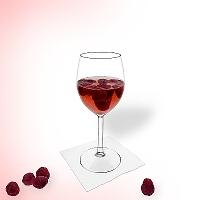 Ponche de frambuesa en una copa de vino tinto.