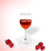 Ponche de fresa en una copa de vino.