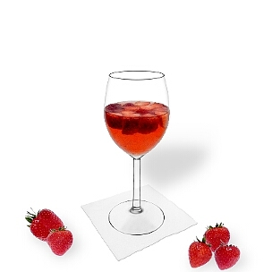 Ponche de Fresa servido en una copa de vino, es la manera más común de presentar esta bebida para fiestas.