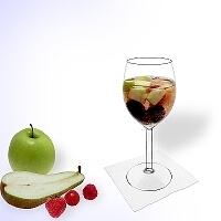 Ponche de frutas en una copa de vino.