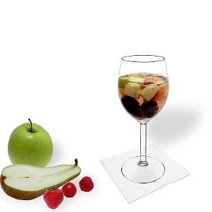 Ponche de Frutas servido en una copa de vino tinto, es la manera más común de presentar esta bebida deliciosa.