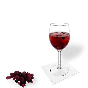 Ponche de Granos servido en una copa de vino, es la manera más común de presentar esta bebida para fiestas.