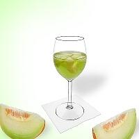 Ponche de melón en una copa de vino tinto.