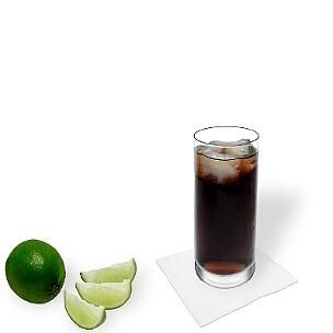 Ron y Coca-Cola servido en un vaso largo, es la manera más común de presentar esta bebida sabrosa.