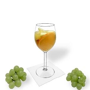 Sangria Blanca es vino blanco o champán y zumo de naranja con frutas embebidas en alcohol.