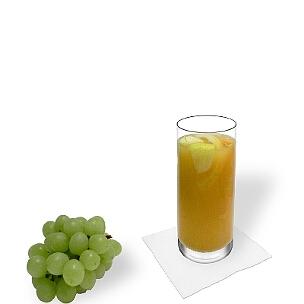 Sangria Blanca en un vaso largo, es la manera más común de presentar esta bebida afrutada de España.