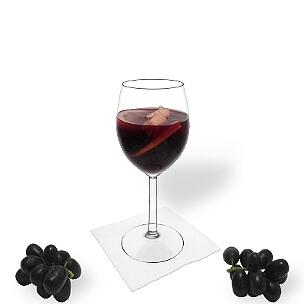 Sangria es vino tinto y zumo de naranja con frutas embebidas en alcohol.