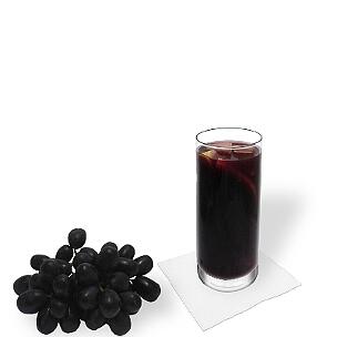 Sangria servido en un vaso largo, es la manera más común de presentar esta bebida afrutada de España.