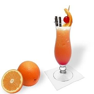Tequila Sunrise servido en un vaso huracán, es la manera más común de presentar esta bebida bonita.