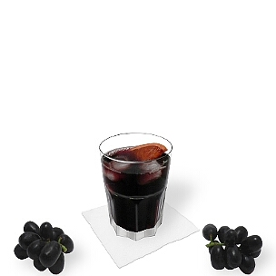 Vino tinto y Coca-Cola servido en un vaso Tumbler, es la manera más común de presentar esta bebida rica de España.