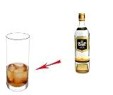 Preparación de Whisky y Coca-Cola: Whisky y cubitos de hielo