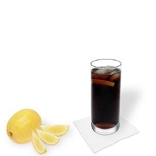 Whisky y Coca-Cola servido en un vaso largo, es la manera más común de presentar esta bebida sabrosa.