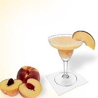 Frozen Peach Margarita im Margaritaglas mit Pfirsichschnitz und Zucker- oder Salzrand.