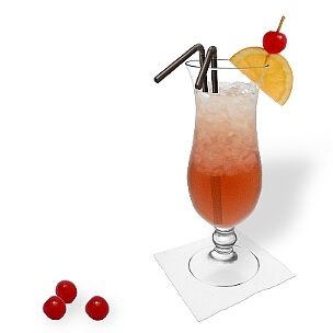 Singapore Sling in einem Hurricane-Glas mit Orangen-Kirschen Dekoration, eine auffällige Art diesen leckeren Gin Cocktail zu präsentieren.